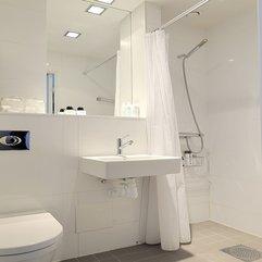 Casual Bathroom Design In White Color Dominate Coosyd Interior - Karbonix