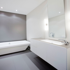 Washbasunder Mirror Near Bathtub White Bathroom White Table - Karbonix